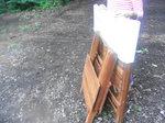 折りたたんだチークテーブルと椅子
